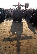 V. 11. Valencia // Un momento del traslado a orillas de la playa del cruficicado Cristo del Salvador que ha tenido lugar esta mañana en la playa del cabañal durante los actos de la Semana Santa Marinera que se celebran al este de España. EFE / Kai Försterling
