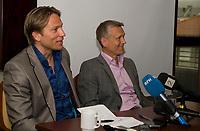 Fotball<br /> 22. Mai 2010<br /> Scandic hotell , Bergen<br /> Steinar Nilsen (L) kalte inn til pressemøte ang hans egen avgang som trener fra Sportsklubben Brann<br /> Hans advokat Torgeir Knutsen (R)<br /> Foto: Astrid M. Nordhaug
