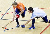 ALMERE - Het Nederlands Zaalhockeyteam oefent voor het WK in Polen. Robert Tigges met Kristiaan Timman (R). ANP COPYRIGHT KOEN SUYK
