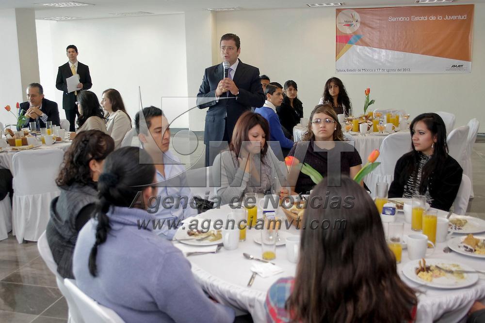 Toluca, México.- Juan García Bejos administrador del Aeropuerto Internacional de Toluca, durante el desayuno que ofreció a jóvenes universitarios candidatos para la vacante a un puesto laboral en el aeropuerto. Agencia MVT / Arturo Hernández S.