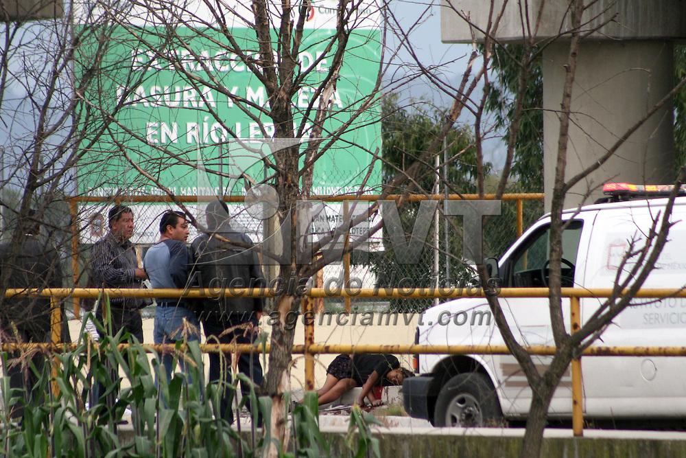 San Mateo Atenco, Mexico.- Una mujer fue asesinada de multiples disparos de arma de fuego bajo el puente de la Cienega, bajo la autopista Lerma - Tenango del Valle, en la comunidad de San Pedro Tultepec; a un costado fue dejado una cartulina con un mensaje. Agencia MVT / Staff