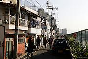 Mensen lopen door een straat, vlakbij het station van Osaka