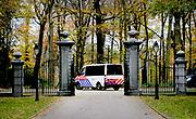DEN HAAG, 17-11-2020 , Huis ten Bosh<br /> <br /> De demonstrerende boeren zijn in een stoet van enkele honderden trekkers luid toeterend langs Huis ten Bosch, de woning van koning Willem-Alexander in Den Haag, gereden. Enkele boeren staken hun arm uit het raam van de trekker om de koning te begroeten.