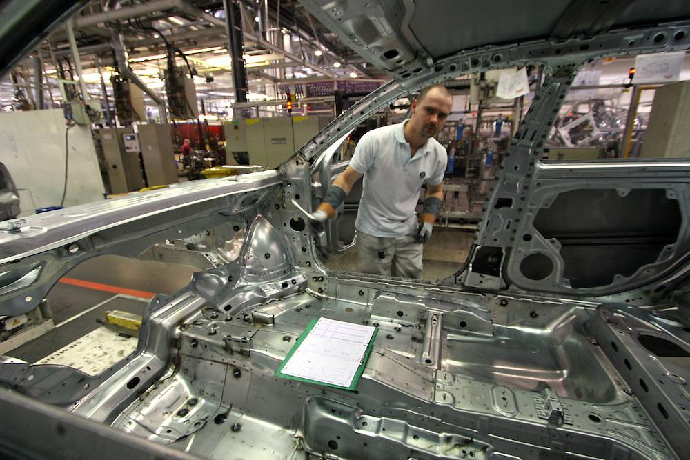 Mlada Boleslav/Tschechische Republik, Tschechien, CZE, 16.03.07: Mitarbeiter am Fertigungsband mit einer Skoda Octavia Karosserie in der Skoda Autofabrik in Mlada Boleslav. Der tschechische Autohersteller Skoda ist ein Tochterunternehmen der Volkswagen Gruppe.<br /> <br /> Mlada Boleslav/Czech Republic, CZE, 16.03.07: Worker at the Skoda factory inspect Octavia vehicle body-frame on the assembly line at Skoda car factory in Mlada Boleslav. Czech car producer Skoda Auto is subsidiary of the German Volkswagen Group (VAG).
