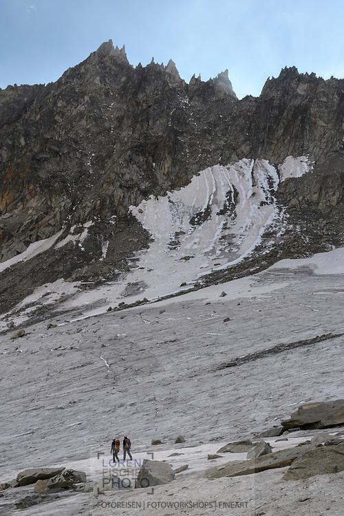 Zwei Alpinisten beim Abstieg auf dem Sidelengletscher mit dem Gross Furkahorn und Sidelenhorn, Furka, Uri, Schweiz<br /> <br /> Two alpinists are descending on the Sidelengletscher with Gross Furkahorn and Sidelenhorn, Furka, Uri, Switzerland