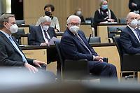 DEU, Deutschland, Germany, Berlin, 12.02.2021: Bundespräsident Frank-Walter Steinmeier vor seiner Ansprache bei der 1000. Plenarsitzung des Bundesrats. Links Bodo Ramelow (DIE LINKE, MP Thüringen), rechts Dietmar Woidke (SPD, MP Brandenburg). Aufgrund der Pandemie müssen alle Teilnehmer medizinische Masken bzw. FFP-2 Masken tragen.