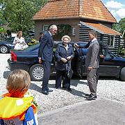 NLD/Loosdrecht/20120623 - Koningin Beatrix bezoekt vlootschouw nij het 100 jarig bestaan van watersportvereniging WNL  , Konigin wordt ontvangen door Johan Remkes en burgemeeter Martijn Smit