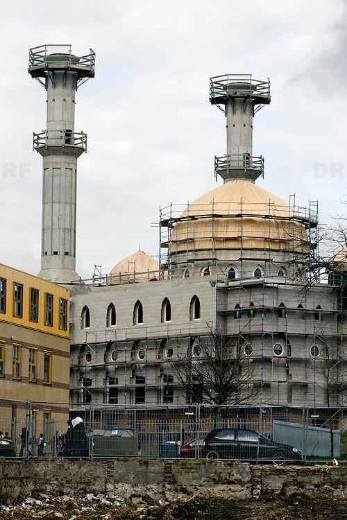 Nederland Rotterdam 17 maart 2008 20080317 .Essalam moskee op Rotterdam Zuid.  .?.De twee minaretten worden vijftig meter hoog. Een minaret wordt gebruikt om op te roepen tot het gebed. Dat gebeurt door een zogeheten muezzin. Tegenwoordig maken veel moskeeen, ook in islamitische landen, gebruik van een bandje en geluidsinstallatie. In Rotterdam roepen islamitische gebedshuizen alleen op vrijdagmiddag, voor de wekelijkse preek, op tot gebed. ..De verwachting is dat de Essalam-moskee, die mede gefinancierd wordt door een minister uit de Verenigde Arabische Emiraten, eind dit jaar klaar is. Tot die tijd moeten de gelovigen op Zuid het doen met hun huidige gebedshuis aan de Polderlaan in Feijenoord...Foto David Rozing