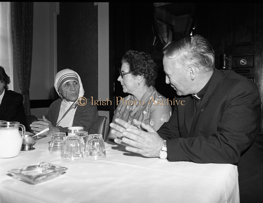 Mother Teresa of Calcutta speaks at press conference  organised by SPUC (Society for the Protection of Unborn Children)..1982-08-02.2nd August 1982.2/08/1982.08-02-82..Pictured at Wynns Hotel, Dublin..From Left:..Mother Teresa.Menia Aitken, Development Officer for SPUC, Ireland.Fr Raymond Browne, C.C. Roscommon, SPUC National Executive Committee