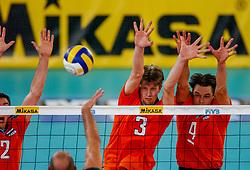 06-10-2002 ARG: World Champioships Netherlands - Brasil, Santa Fe<br /> Nico Freriks, Sander Olsthoorn, Reinder Nummerdor<br /> NEDERLAND - BRAZILIE 0-3<br /> WORLD CHAMPIONSHIP VOLLEYBALL 2002 ARGENTINA<br /> SANTA FE / 06-10-2002