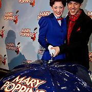 NLD/Amsterdam/20100210 -  1e repetitiedag musical Mary Poppins, Noortje Herlaar, William Spaaij snijden de taart aan