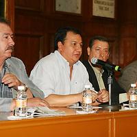 Toluca, México.- Oscar González Yáñez  coordinador de la fraccion parlamentaria del PT y Pedro Zenteno Santaella, dirigente de MORENA en el Estado de México, anunciaron en conferencia de prensa la integración del Frente Amplio Opositor por la Defensa del Petróleo, y una gran movilización para el próximo 6 de octubre.  Agencia MVT / José Hernández