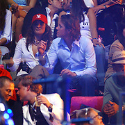 NLD/Rotterdam/20050401 - TMF Awards 2005, Jody Bernal en Constanza Breukhoven kussend op de VIP tribune, daarvoor met rode pet Lieke van Lexmond en partner Jeroen Rietbergen