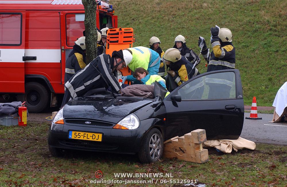 Ongeval met beknelling Merk Huizen, 2 gewonden, auto boom, nekbrace, brandweer