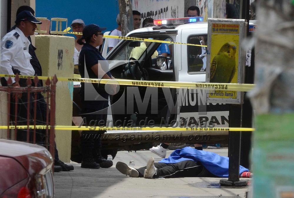 Chimalhuacán, Mex.- Una mujer perdió la vida al quedar en un fuego cruzado entre policías y asaltantes, momentos después de haber asaltado una tienda de muebles ubicada en la carretera Reyes-Texcoco. Agencia MVT / Juan García.