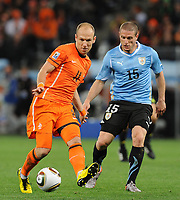 FOOTBALL - FIFA WORLD CUP 2010 - 1/2 FINAL - URUGUAY v NETHERLANDS - 6/07/2010 - ARJEN ROBBEN (NED) - DIEGO PEREZ (URU)<br /> PHOTO FRANCK FAUGERE / DPPI
