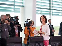 DEU, Deutschland, Germany, Berlin, 15.05.2019: Bundesjustizministerin Dr. Katarina Barley (SPD) hält eine Sonderausgabe des Grundgesetzes in der Hand vor Beginn der 52. Kabinettsitzung im Bundeskanzleramt.