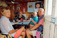France, Manche (50), Gouville-sur-Mer, les cabanes de plage de Gouville, Jacques Dufy avec sa femme et ses amis // France, Normandy, Manche department, Gouville-sur-Mer, the beach huts of Gouville, Jacques Dufy and friends