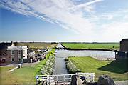 Nederland, Noordpolderzijl, 14-10-2018In het noordelijk kustgebied van Gronongen bevindt zich uitspanning het Zielhoes . Hier bevindt zich het kleinste open zeehaventje van Nederland. Een oud sluisje is in de dijk gebouwd en geeft toegang tot het binnenland . Veel dagjesmensen komen hier genieten van het weidse uitzicht . Kwelders. Vroeger werden de kwelderwerken gebruikt om de kwelderaangroei te versnellen zodat ze na verloop van tijd konden worden ingepolderd. Noordpolderzijl is onderdeel van de gemeente Eemsmond .Foto: Flip Franssen