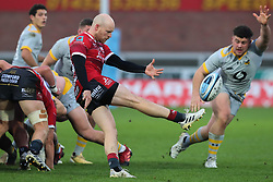 Joe Simpson of Gloucester Rugby box kicks, as Alfie Barbeary of Wasps attempts to charge down - Mandatory by-line: Nick Browning/JMP - 28/11/2020 - RUGBY - Kingsholm - Gloucester, England - Gloucester Rugby v Wasps - Gallagher Premiership Rugby