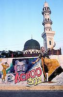 Pakistan, Punjab, Lahore, Affiche de cinema et une mosquee // Movie poster with mosque on backgrund, Lahore, Punjab province, Pakistan