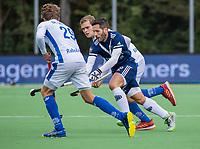 AMSTELVEEN - Agustin Mazzilli (Pinoke) met Silas Lageman (Kampong)   tijdens   hoofdklasse hockeywedstrijd mannen, Pinoke-Kampong (2-5) . COPYRIGHT KOEN SUYK