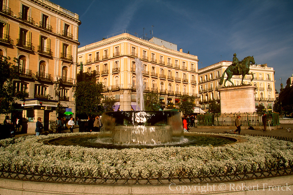 SPAIN, MADRID Puerta del Sol, hub of main avenues