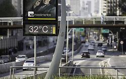 September 9, 2017 - Termômetro marca 32 graus na tarde deste sábado (09) em São Paulo. O tempo seco e ensolarado deve manter as temperaturas elevadas nos próximos dias. (Credit Image: © Bruno Rocha/Fotoarena via ZUMA Press)