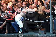 Bevrijdingsconcert - 5 mei-concert op de Amstel, Amsterdam. // Liberation Concert - 5 May concert on the Amstel<br /> <br /> Op de foto:   Maan de Steenwinkel begroet een van de oorlogsslachtoffers