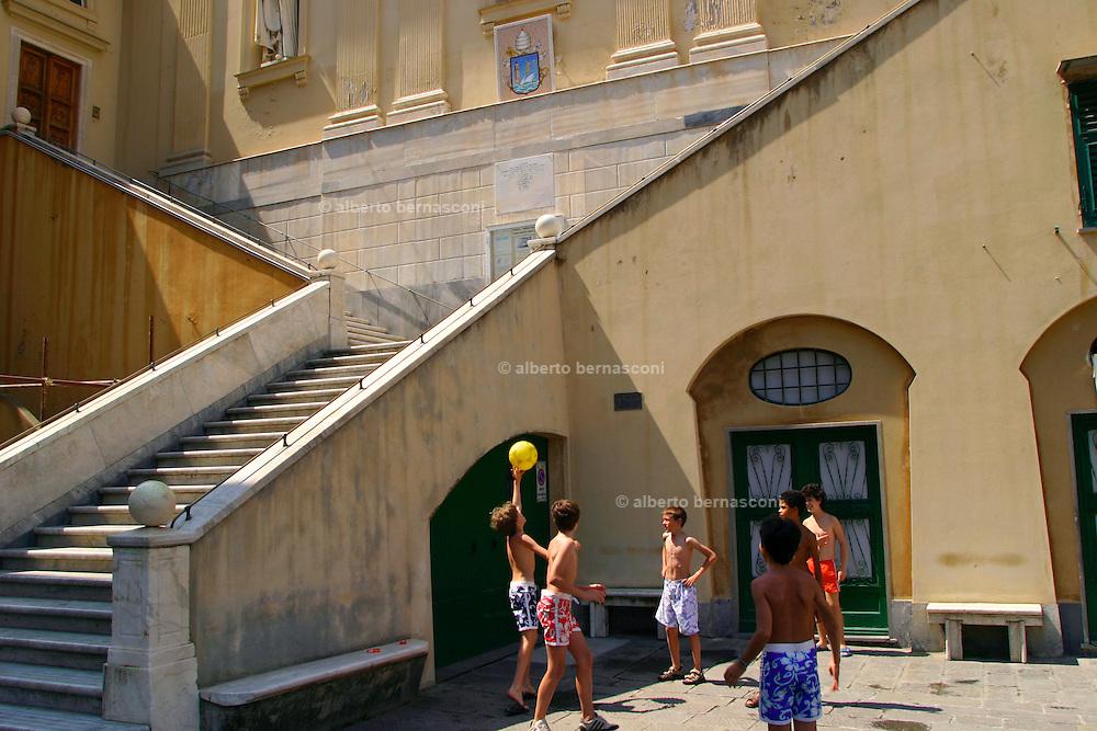 ITALY, Liguria, Camogli: giochi di bambini nella piazza del porticciolo.....Italy, Liguria, Camogli:children palying with the ball in the small square..