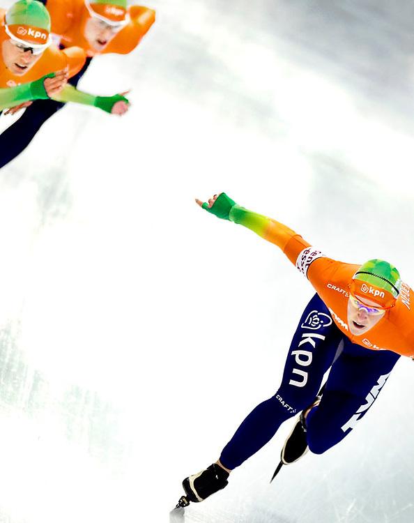 Duitsland, Inzell, 13-03-2011.<br /> Schaatsen, Wereldkampioenschap afstanden.<br /> Ploegachtervolging, Vrouwen<br /> Ireen Wust neemt, tot ontzetting van de Diane Valkenburg (li) en Marrit Leenstra afstand tijdens de ploegachtervolging.<br /> Foto: Klaas Jan van der Weij