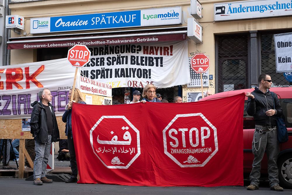 An die 80 Anwohner und Nachbarn protestieren in Berlin Kreuzberg gegen die die Zwangsräumung des Spätis ORA35 in der Oranienstraße 35 in Berlin - Kreuzberg. Seit zwei Jahren kämpft Zekiye Tunc mit Ihrer Familie für den Erhalt ihres Ladens, der Eigentümer Bauwerk besteht auf einer Räumung. Der Anwalt der Familie übergibt dem Gerichtsvollzieher den Schlüssel.<br /> <br /> <br /> [© Christian Mang - Veroeffentlichung nur gg. Honorar (zzgl. MwSt.), Urhebervermerk und Beleg. Nur für redaktionelle Nutzung - Publication only with licence fee payment, copyright notice and voucher copy. For editorial use only - No model release. No property release. Kontakt: mail@christianmang.com.]