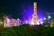 Nederland, Nijmegen, 16-7-2014 Recreatie, ontspanning, cultuur, dans, theater en muziek in de binnenstad tijdens de zomerfeesten. Hier op de Waalkade. Een van de tientallen feestlocaties in de stad. Onlosmakelijk met de vierdaagse, 4daagse, zijn in Nijmegen de vierdaagse feesten, de zomerfeesten. talrijke podia staat een keur aan artiesten, voor elk wat wils. Een week lang elke avond komen tegen de honderdduizend bezoekers naar de stad. De politie heeft inmiddels grote ervaring met het spreiden van de mensen, het zgn. crowd control.De vierdaagsefeesten zijn het grootste evenement van Nederland en verbonden met de wandelvierdaagse.Reuzenrad, kermis,licht,sfeer,avond,Foto: Flip Franssen/Hollandse Hoogte