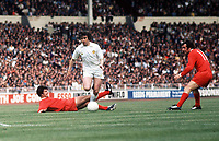 Peter Lorimer (Leeds) and Peter Cormack (Liverpool). Leeds United v Liverpool. The Charity Shield, 10/8/74. Credit: Colorsport.
