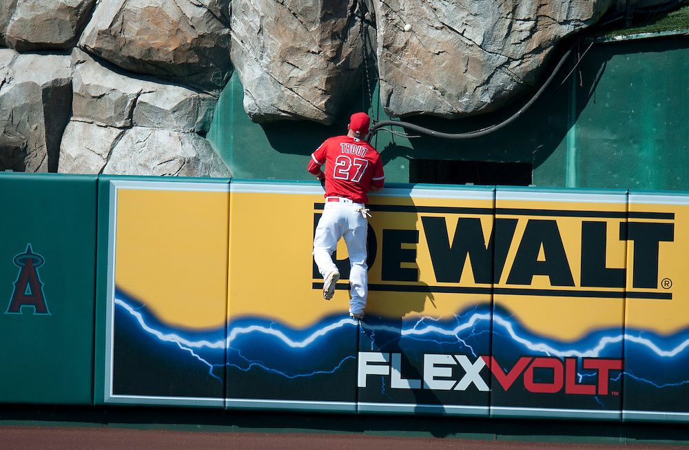 The Angels' Mike Trout looks for Dustin Pedroia's three-run home run in the ninth inning off of closer Huston Street during the Angels' 5-3 loss to Boston at Angel Stadium on Sunday.<br /> <br /> ///ADDITIONAL INFO:   <br /> <br /> angels.0730.kjs  ---  Photo by KEVIN SULLIVAN / Orange County Register  -- 7/31/16<br /> <br /> The Los Angeles Angels take on the Boston Red Sox at Angel Stadium.