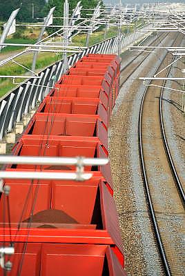 Nederland, Bemmel, 19-7-2011Een goederentrein rijdt over de betuweroute.De treinen moeten in Duitsland op het bestaande spoor, waardoor vertraging ontstaat.Foto: Flip Franssen/Hollandse Hoogte