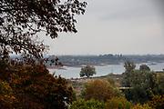 Uitzicht op de Waal bij Nijmegen, met rechts de Ooijpolder. Het waterpeil in de rivier staat extreem laag door de aanhoudende droogte.<br /> <br /> View on the river the Waal near Nijmegen. On the right the Ooijpolder. The water level in the river is very low.