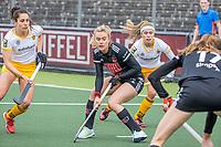 AMSTELVEEN -  Freeke Moes (Adam) met links Pleun van der Plas (DenBosch)   tijdens  de hoofdklasse hockey competitiewedstrijd dames, Amsterdam-Den Bosch (0-1)  COPYRIGHT KOEN SUYK