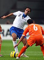 Fotball<br /> Privatlandskamp<br /> 12.11.2005<br /> Nederland v Italia 1-3<br /> Foto: Graffiti/Digitalsport<br /> NORWAY ONLY<br /> <br /> Alessandro Nesta Italy and Denny Landzaat Netherlands