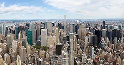 THEMENBILD - Das Empire State Building ist ein Wolkenkratzer im New Yorker Stadtteil Manhattan. Mit einer Höhe von 443 Metern war es lange Zeit das höchste Gebäude der Welt. Bis heute gilt das Empire State Building als Wahrzeichen von New York, im Bild die Aussicht Richtung Norden vom 86 Stock aus, Aufgenommen am 08. August 2016 // The Empire State Building is a skyscraper in Manhattan. It stands 443 Meter high and was the tallest building of the world for a long time. It is deemed to be the town's landmark, This picture shows the view from the 86th floor northbound, New York City, United States on 2016/08/08. EXPA Pictures © 2016, PhotoCredit: EXPA/ Sebastian Pucher