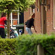 NLD/Laren/20050709 - Milika Peterzon, dochter Kiki en kleinkind Jesse wandelend in Laren.oma, kinderwagen, winkelend, presentatrice