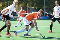 BLOEMENDAAL - HOCKEY - Florian Fuchs (Bl'daal) met links Joep de Mol (Oranje-Rood)   tijdens de competitie hoofdklasse hockeywedstrijd Bloemendaal -ORANJE-ROOD (4-1)  COPYRIGHT KOEN SUYK