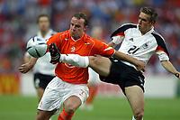 Fotball<br /> Euro 2004<br /> Portugal<br /> 15. juni 2004<br /> Foto: Dppi/Digitalsport<br /> NORWAY ONLY<br /> Gruppe D<br /> Tyskland v Nederland<br />  ANDY VAN DER MEYDE (NET) / PHILIPP LAHM (GER)