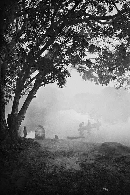 Brazil, Laje Velho, Peuple Oro Wari, Rondonia.<br /> <br /> <br /> Les contacts entre indiens et colons remontent aux annees 40 dans le Rondonia mais pour certains peuples, le contact avec la societe bresilienne remonte a une dizaine d'annees, d'autres ne sont toujours pas decouverts.<br /> L'application de la constitution bresilienne de 1988 qui garantie a chaque peuple la demarcation de sa terre traditionnelle se heurte a l'occupation des sols par les colons et pose le probleme de la reconnaissance identitaire.<br /> L'autonomie des peuples indigenes connait un nouvel essor avec la resurgence d'ethnies considerees disparues. A Laje Velho, un clan s'est reforme pour reinvestir une terre ancestrale.<br /> Il reste 9 peuples sans contact dans l'etat du Rondonia.