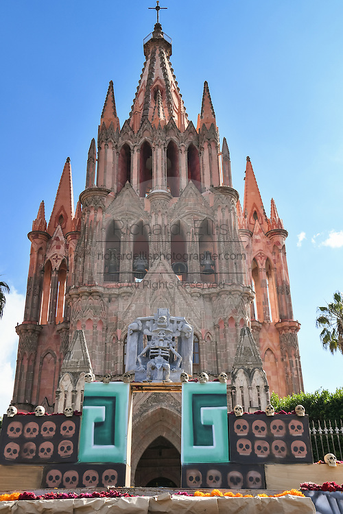 An altar known as an ofrenda decorated for Day of the Dead festival in front of the La Parroquia de San Miguel Arcangel church in San Miguel de Allende, Guanajuato, Mexico. The week-long celebration is a time when Mexicans welcome the dead back to earth for a visit and celebrate life.