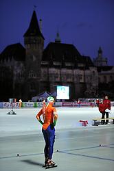 06-01-2011 SCHAATSEN: EC ALLROUND: BUDAPEST<br /> 500 meter / Lotte van Beek - Liga<br /> ©2011-FotoHoogendoorn.nl
