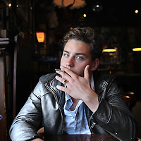 Nederland, Amsterdam , 25 juni 2013.<br /> Douwe Bob, geboren als Douwe Bob Posthuma (Amsterdam, 12 december 1992), is een Nederlands singer-songwriter. Hij won in augustus 2012 de eerste editie van de door Giel Beelen bedachte talentenjacht, De beste singer-songwriter van Nederland, die op televisie werd uitgezonden.<br /> Foto:Jean-Pierre Jans