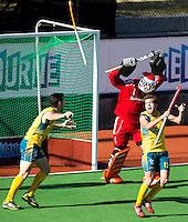 MELBOURNE -  Vreugde bij de Australiers Trent Mitton (l) en Jacob Whetton bij de golden goal van Australietijdens de finale  tussen de mannen van Nederland en Australie  bij de Champions Trophy hockey in Melbourne. Keeper Jaap Stockmann is boos. ANP KOEN SUYK