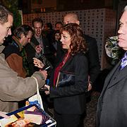 NLD/Amsterdam/20121105 - Premiere Cloud Atlas en start Amsterdam Film Week, vetrek Susan Sarandon geeft handtekeningen aan fans