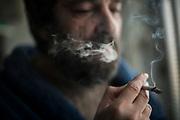 Antonio se refugia en el lavadero para fumar un cigarro y tener un momento de calma.